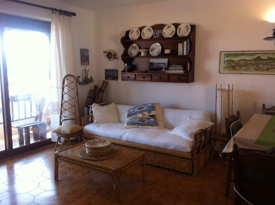 la sala con il divano letto e la piattaia di nonna Vittoria