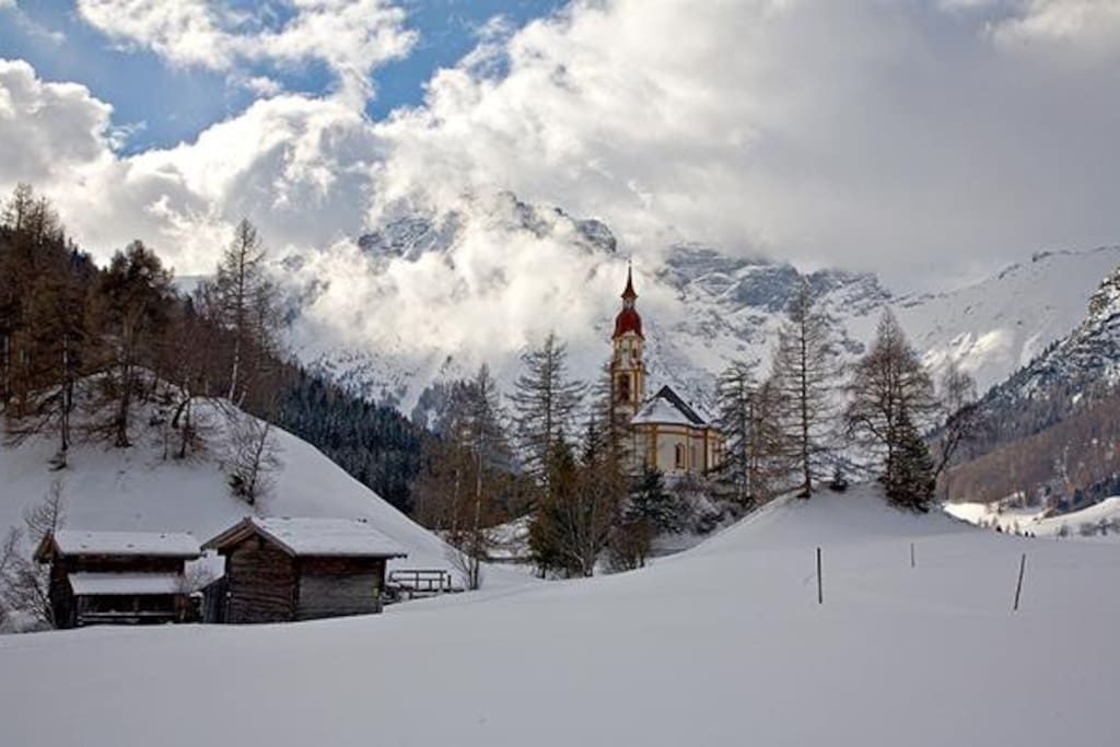 Obernberger Tribulaun und die malerische Kirche von Obernberg - Winter; Obernberger Tribulaun mountain and the scenic Obernberg church - winter
