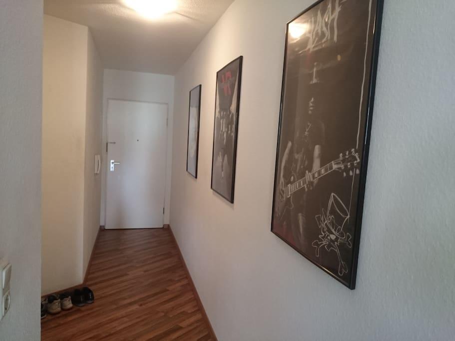 Der Flur (Eingangsbereich) vom Wohnzimmer aus fotografiert.
