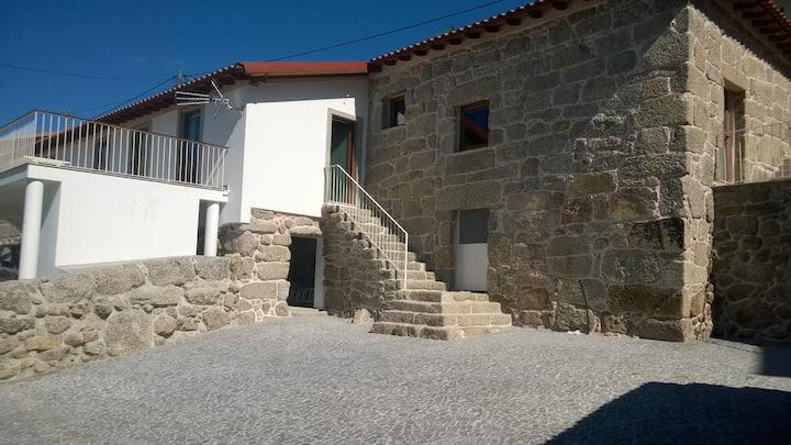 Maison en pierre rénovée dans village