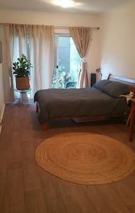 Garden apartment w pool, close to city & beaches - Kensington