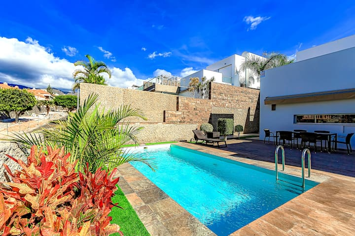 7 BD villa in El DUQUE, privat heated pool and BBQ