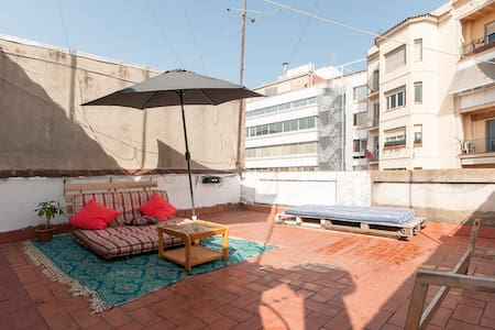 Small study of 17 m2 + beautiful terrace of 30 meters . Located in the heart of Barcelona, near the boulevard , Paseo de Gracia and Diagonal meters , excellent location. fully Private Indibiduales has two beds (which can put them next to each other ) closet and breakfast bar . Completely private terrace which has a sofa bed, a small table and large umbrella . Bathroom.