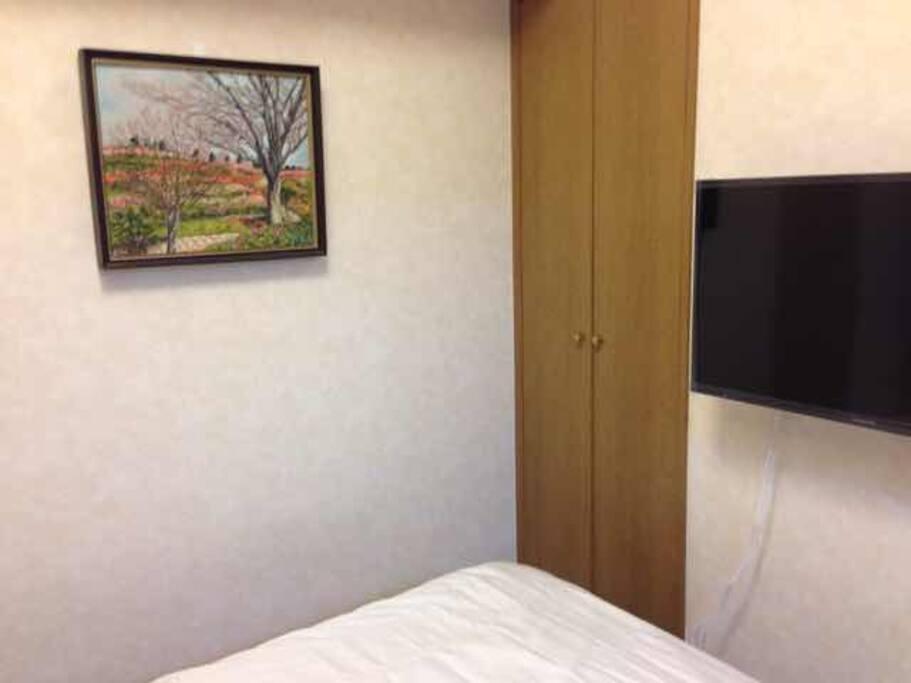 32 inch TV in bedroom