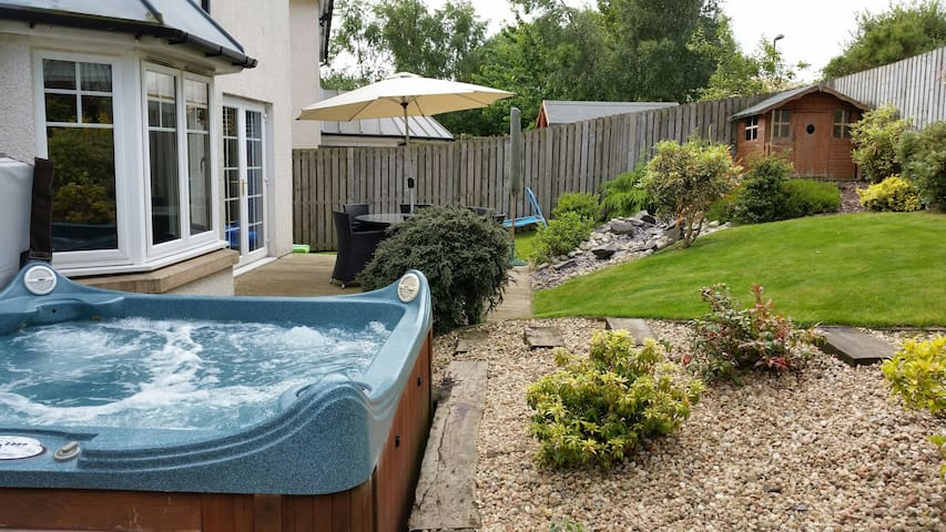 En-suite room with hot tub near Edinburgh