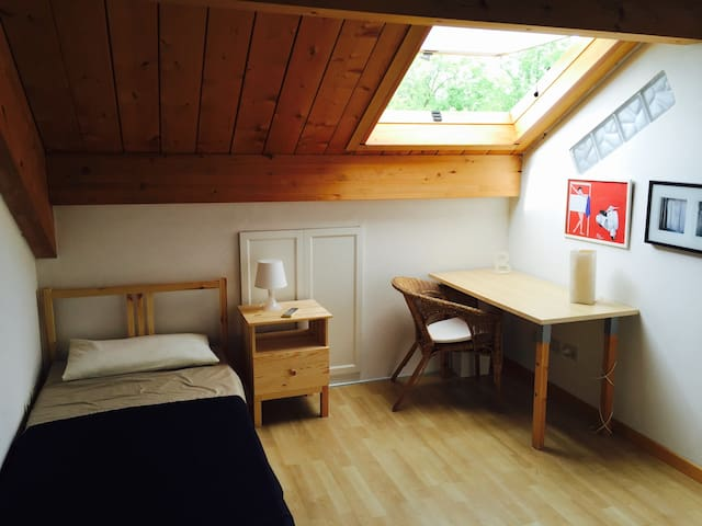 Habitación individual en ático en las colinas