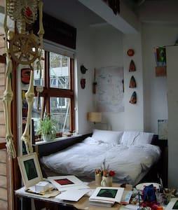 Unusual living space above studio - Londres - Casa