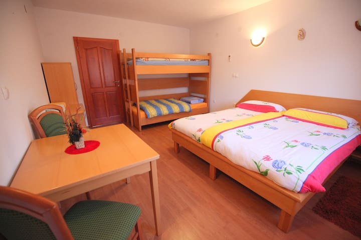 Single room 2 with private bathroom - Barka - Huoneisto