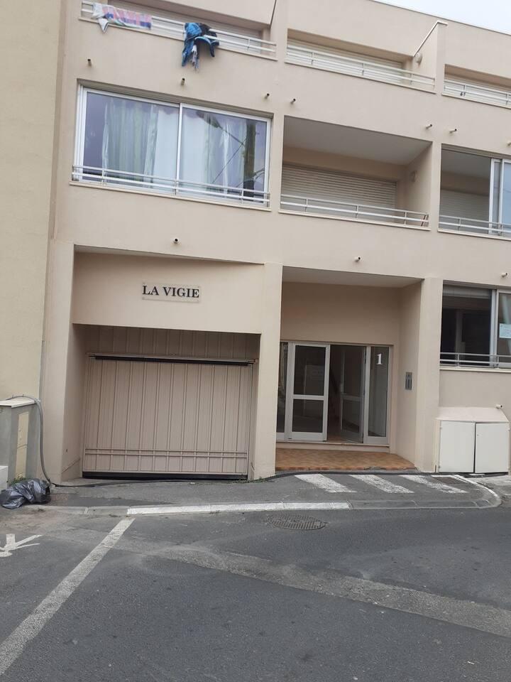 Petite résidence la plage au pied de l immeuble dans le secteur résidentiel de Sète la Corniche tous commerces à 50 metres de l appartement