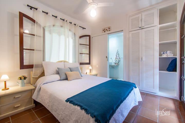 Suíte com cama de casal e varanda com vista para a Piscina e Mata Atlântica