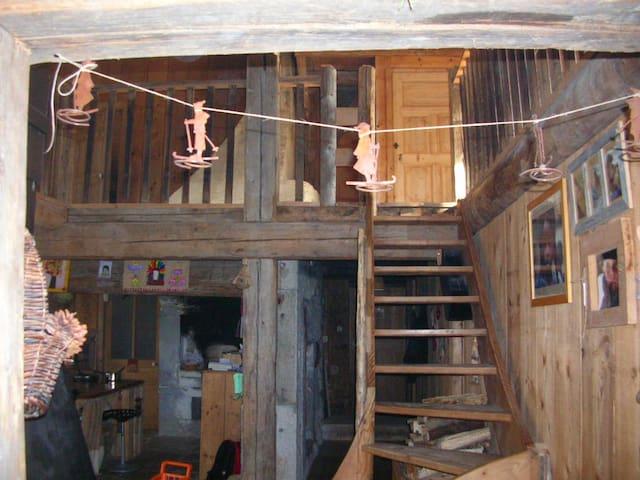 chambre  dans une ferme rénovée - La Cluse-et-Mijoux - Penzion (B&B)