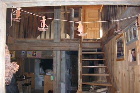 chambre  dans une ferme rénovée - La Cluse-et-Mijoux