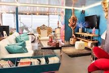 Salón con chimenea, equipo hifi, internet, canal +, cocina americana y vistas al mar y a la montaña
