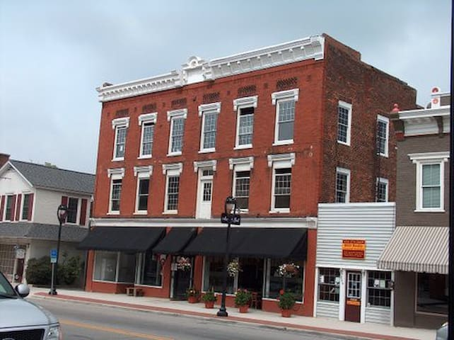 Historic Lakeside Getaway - Clarksville  - Apartment