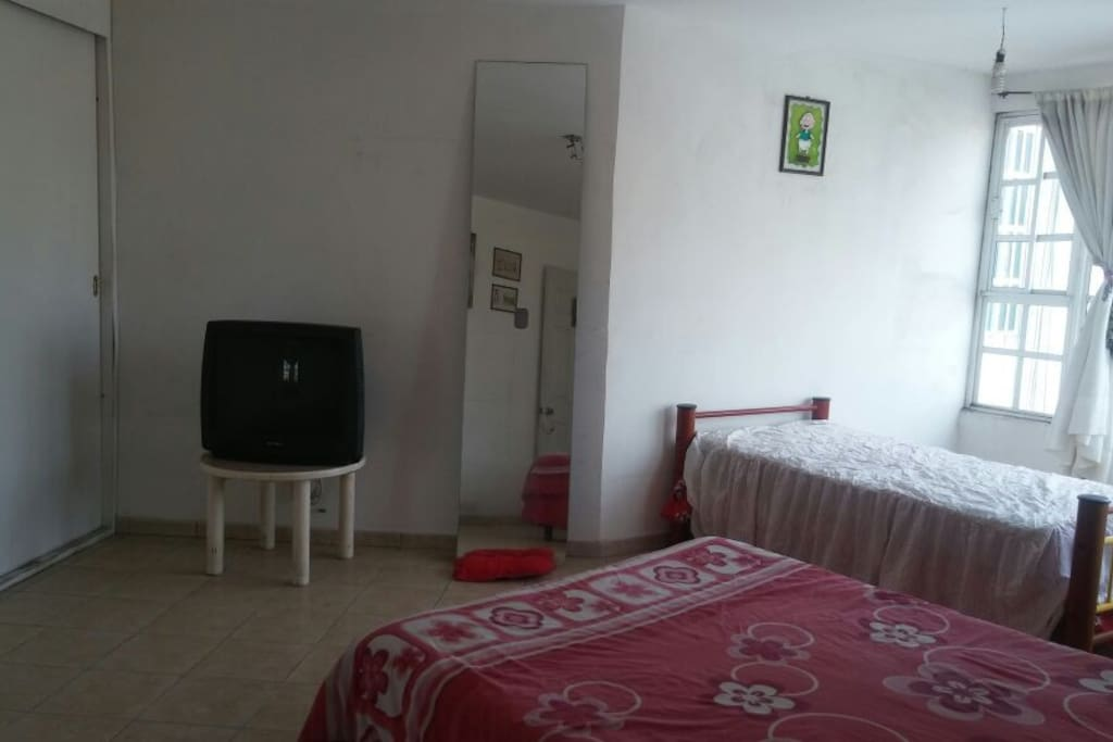 1era recamara con cama individual, cama matrimonial y closet