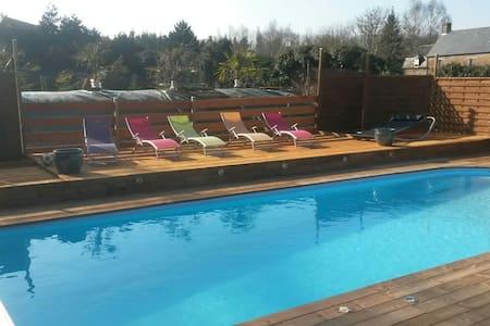 Grande chambre avec accès piscine - Condé-sur-Noireau - Haus