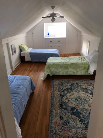 The bedroom with the three twin beds