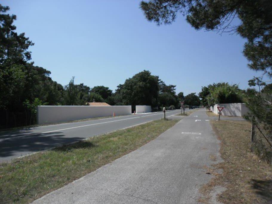 Mur de clôture, voie d'accès et piste cyclable