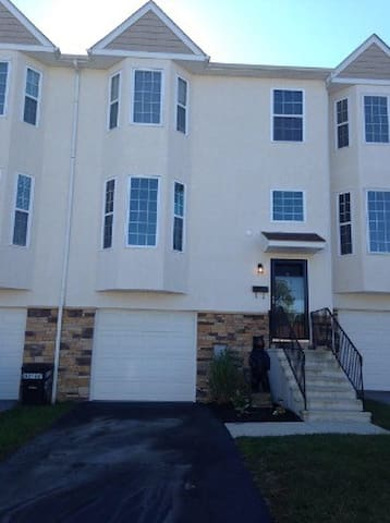 Spacious 3bdrm Townhome w/ Extras - Norristown