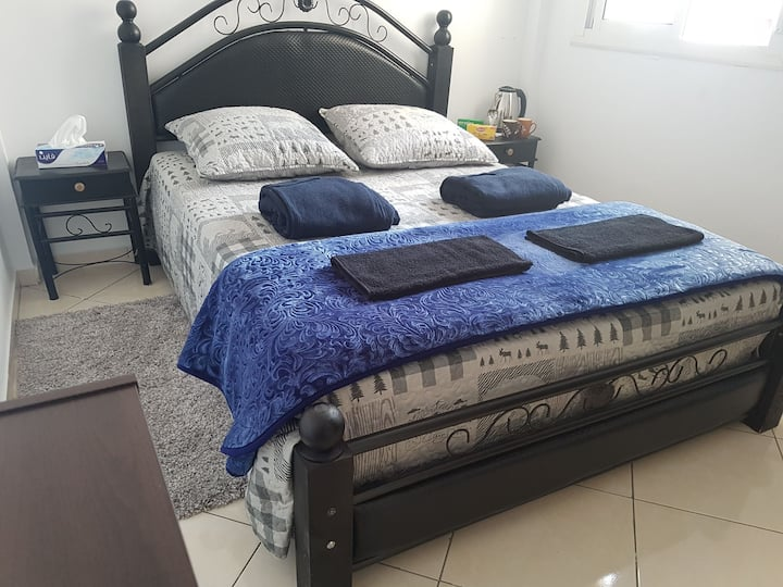 Room with double medical Bed 15 min to Beach