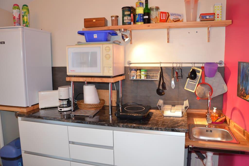 La cuisine équipée réservée aux deux chambres louées.