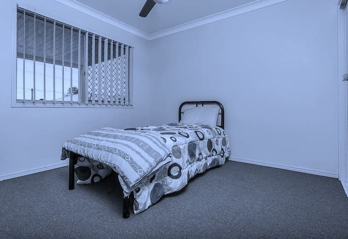 COMFORTABLE HOME TO STAY IN - Morayfield - Villa