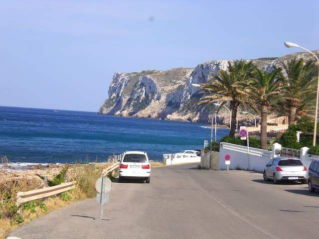 Playa de les Arentes a la derecha