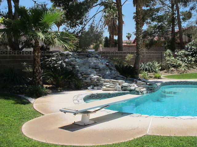 4 Bedrooms Very Short Drive to LV Strip