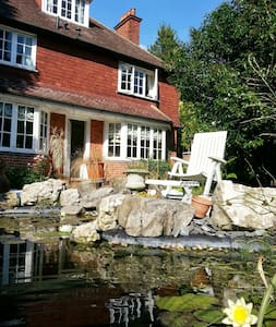 Room 2 in Rosemead Guest House - Claygate - Bed & Breakfast - 0
