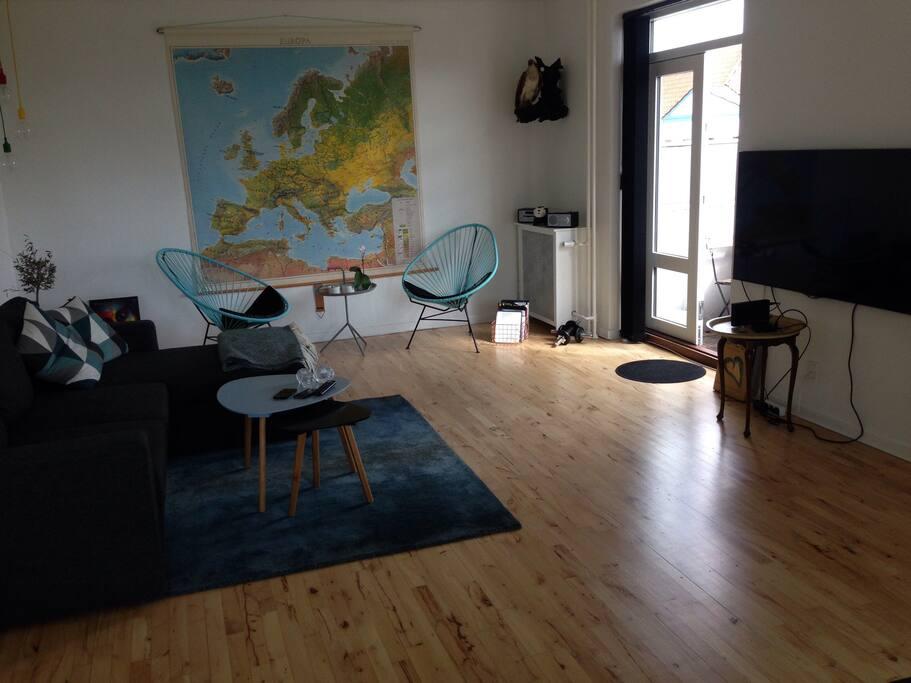 Nice and light livingroom/ dejlig lys stue med sovesofa
