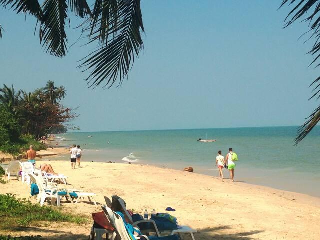 La plage a pas de la residence