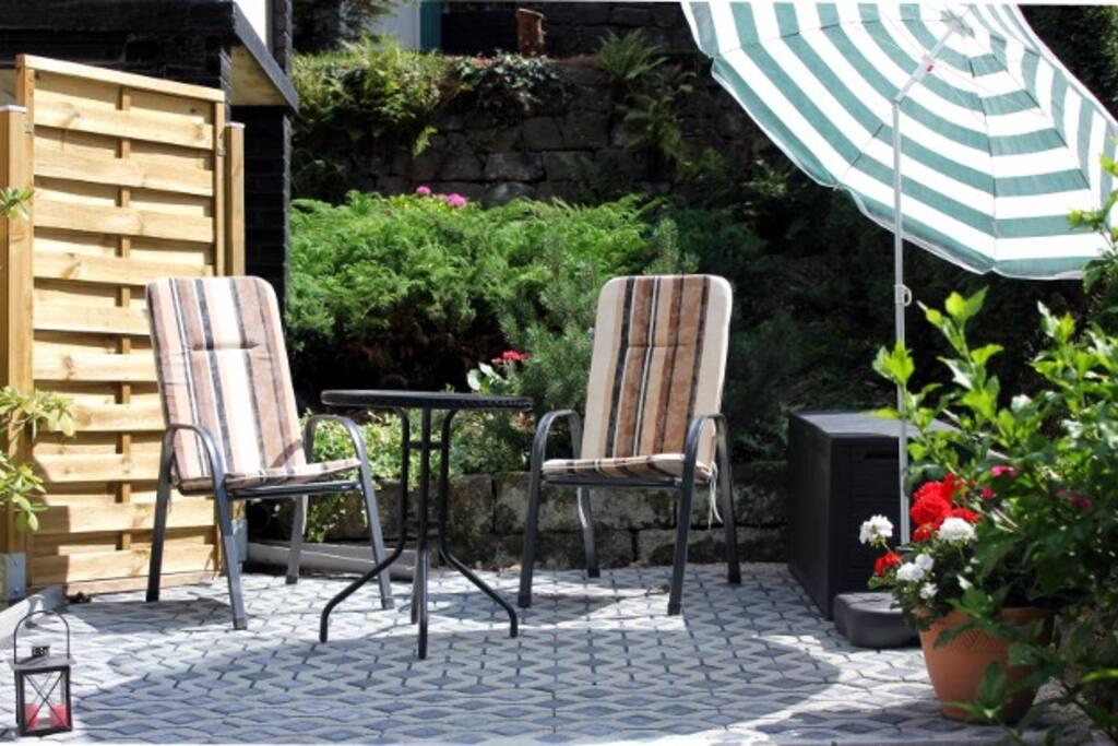 Gemütliche Sitzecke am Haus, Grillmöglichkeit vorhanden