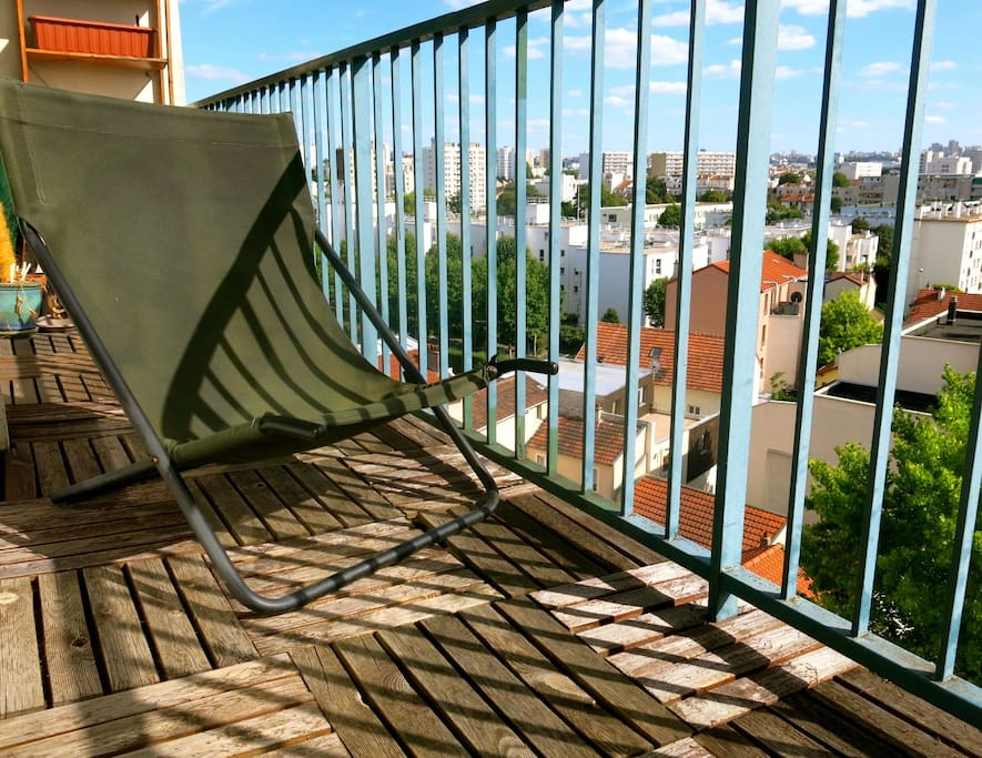 Relax on the balcony   - it gets the sun all day! Profitez du balcon - exposé plein sud!