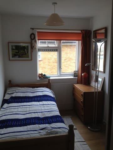 Single bed room in West London