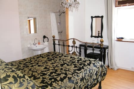 Avignon Room at le Campagnard87 - Bed & Breakfast