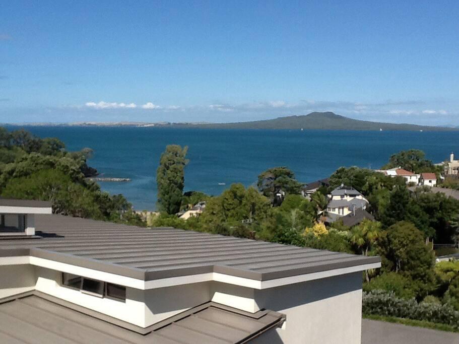 Spectacular views of Rangitoto & harbour