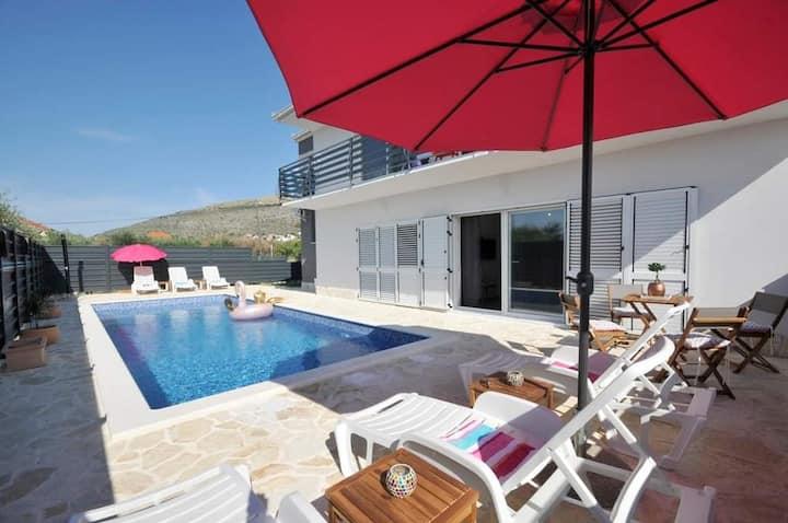 Villa Carolina with Pool - Deluxe Apartment