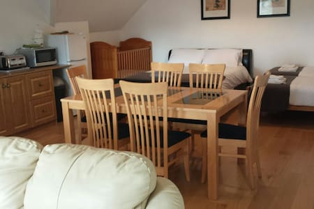 Sleep, dine & lounge in your private room in the quiet countryside. Fully stocked larder. 1km to Traught Beach. 7 min drive to seaside village of Kinvara with cafes, restaurants and pubs as well as stunning views. 45min drive to Galway city.