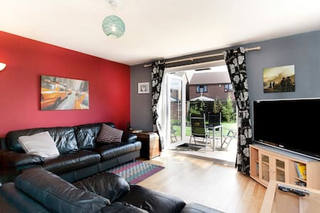 Quiet, whole house end cul-de-sac, near bus, tram. - Hucknall - House