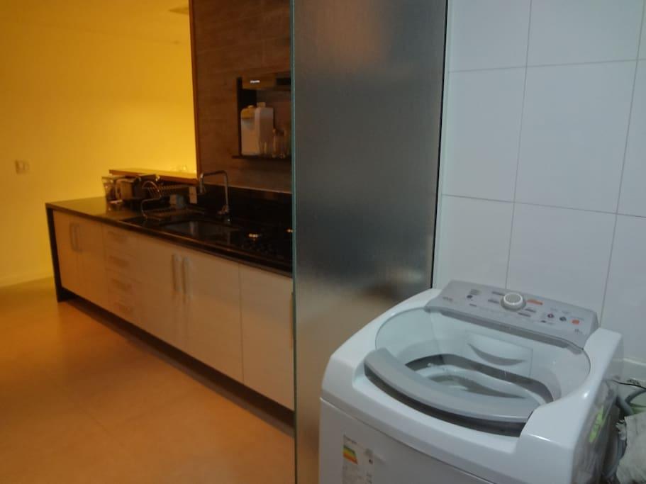 Cozinha e dependências com máquina de lavar