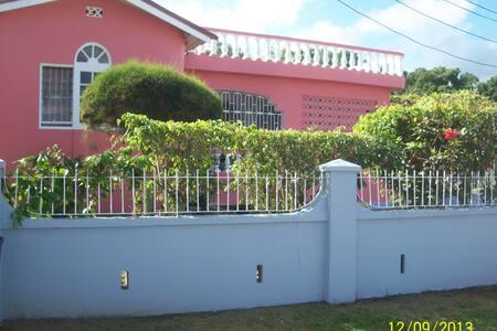 Tina's Guesthouse - Ocho Rios - Haus
