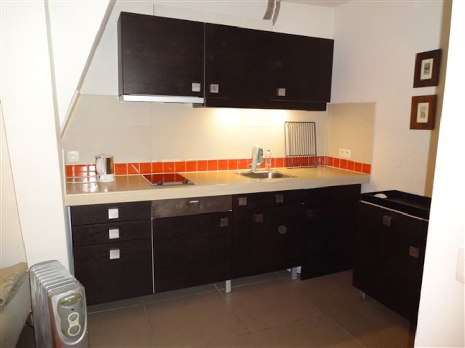 Small but fully functional kitchen with microwave and full equipment. The new washing machine is not yet on the picture.