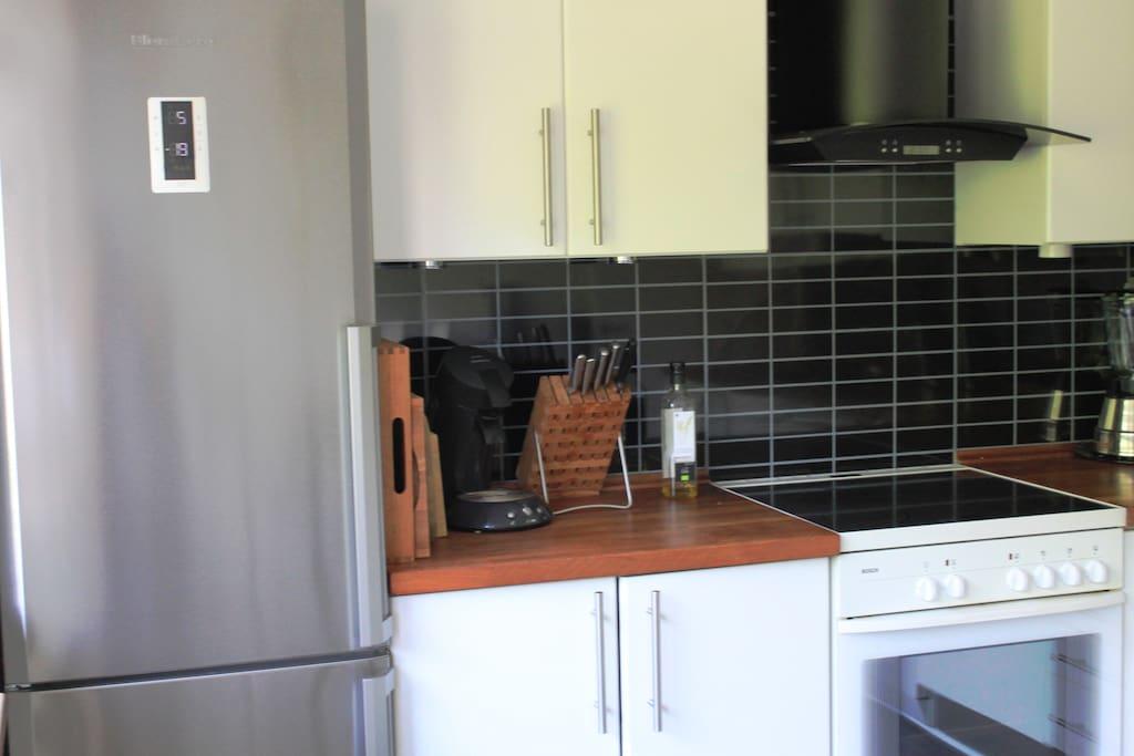 Stort køkken med spiseplads til tre