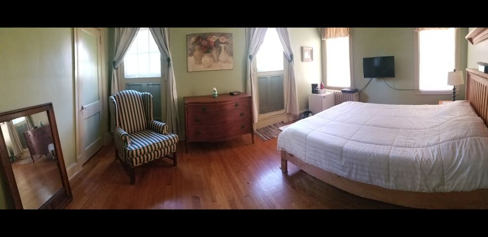 A lovely room in a great house close to RUMC.
