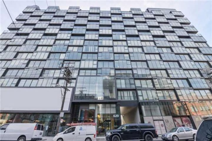 Boutique pied-à-terre in the heart of King West