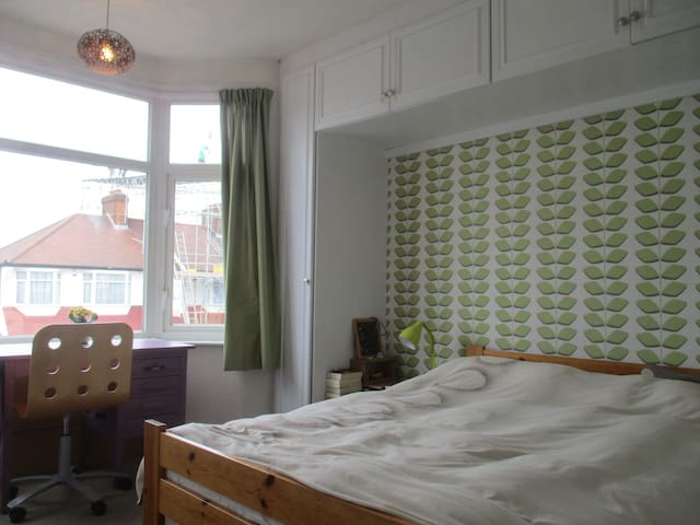Airy, peaceful double bedroom 35min to the centre