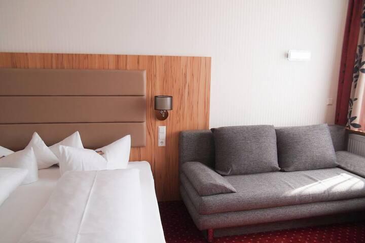 Hotel am Bad, (Tübingen), Dreibettzimmer mit Dusche und WC