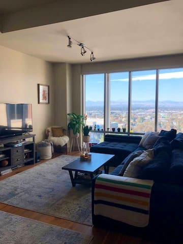 Downtown Luxury Highrise Apt with view of Rockies