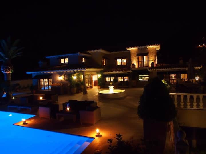 LuxuryVilla For Rent with Spectacular Swimmingpool
