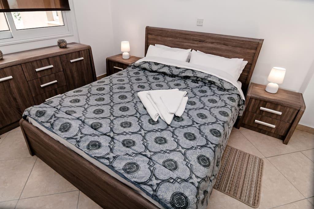 Односпальный апартамент: Спальня с двухместной кроватью.